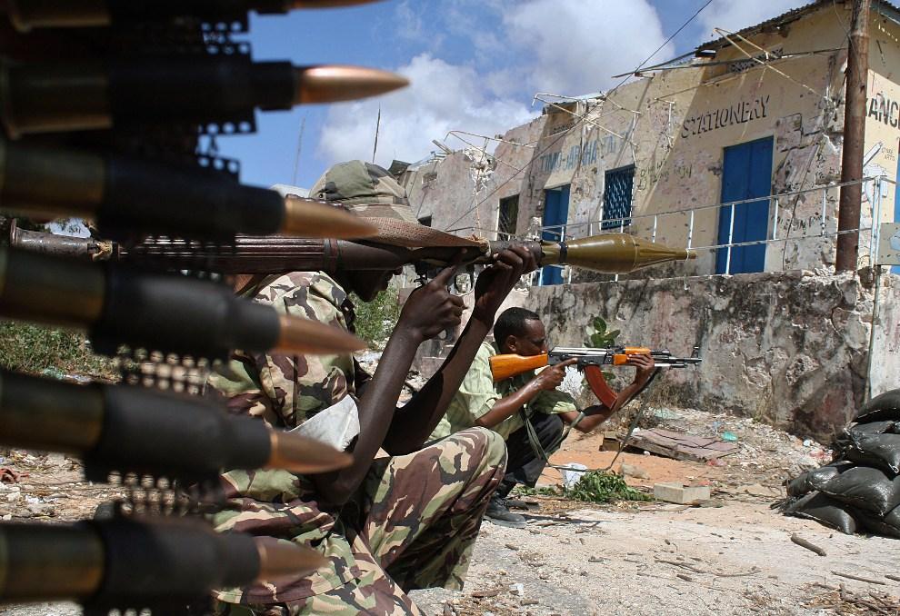 23.SOMALIA, Mogadiszu, 17 marca 2010: Żołnierze sił rządowych na posterunku w centrum stolicy. AFP PHOTO/Abdurashid ABDULLE