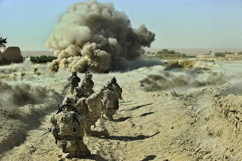 23. AFGANISTAN, Panjawi, 23 września 2012: Detonacja IED znalezionego przy trasie patrolu. AFP PHOTO/Tony KARUMBA