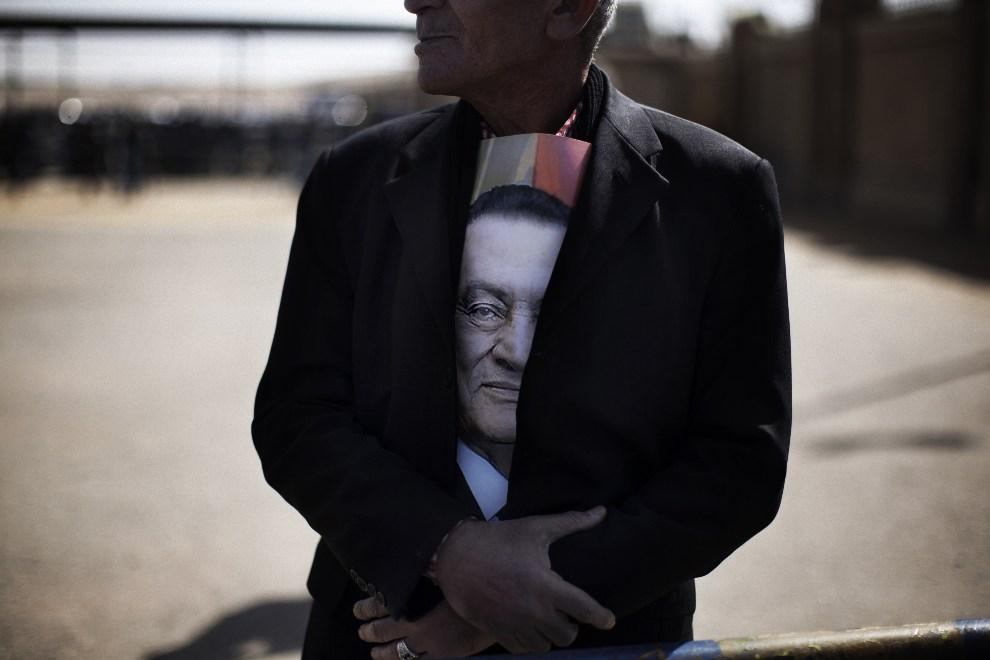 24.EGIPT, Kair, 22 lutego 2012: Zwolennik obalonego prezydenta  Hosni Mubaraka. AFP PHOTO/MARCO LONGARI