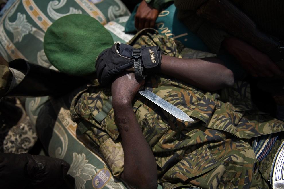 24. REPUBLIKA KONGA, Goma, 1 grudnia 2012:  Rebeliant z ugrupowania M23 śpi na pace ciężarówki. AFP PHOTO/PHIL MOORE