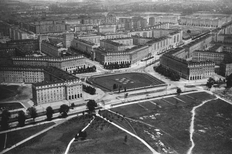 > La nuova città di Nowa Huta (Cracovia) dal cielo in anni in bianco e nero.