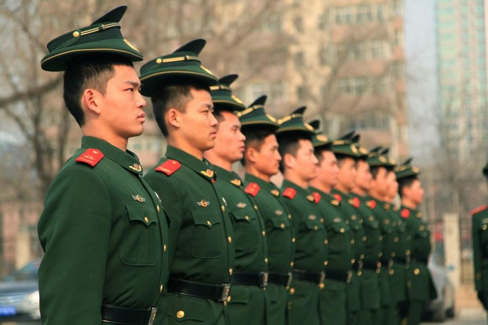 25.CHINY, Pekin, 28 lutego 2012: Policjanci podczas musztry przed zbliżającym się kongresem OZPL  (Ogólnochińskie Zgromadzenie Przedstawicieli Ludowych). AFP   PHOTO