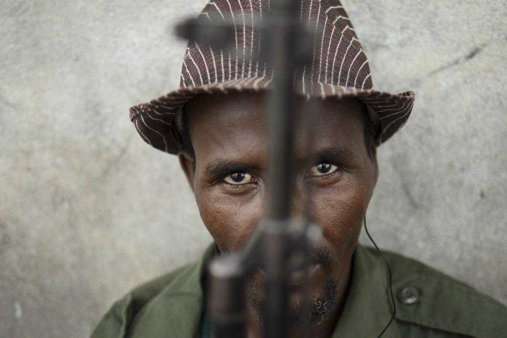 """25.SOMALIA, Kismayo, 30 listopada 2012: Członek Ras Kambani, lokalnej milicji, na posterunku w porcie. AFP PHOTO / AU-UN IST PHOTO / TOBIN JONES"""""""
