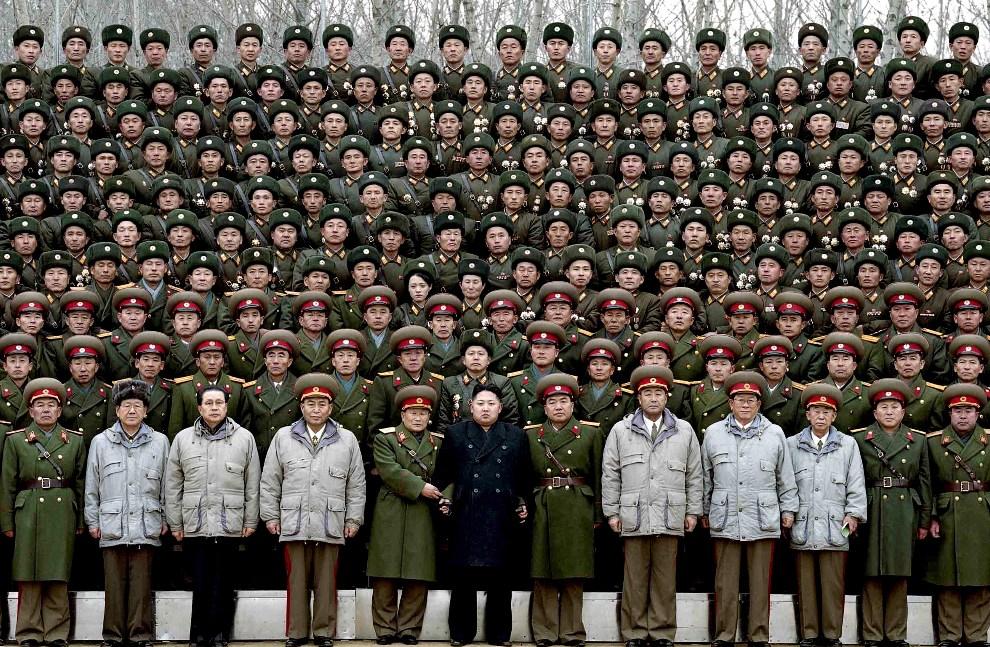 26.KOREA PÓŁNOCNA, 1 stycznia 2012: Kim Dzng Un pozuje do zdjęcia z żołnierzami dywizji pancernej. AFP PHOTO / KCNA