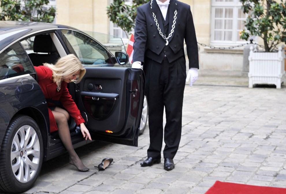 27.FRANCJA, Paryż, 5 grudnia 2012: Premier Danii, Helle Thorning-Schmidt, gubi but wysiadając przed Pałacem Elizejskim. AFP PHOTO / MEHDI FEDOUACH
