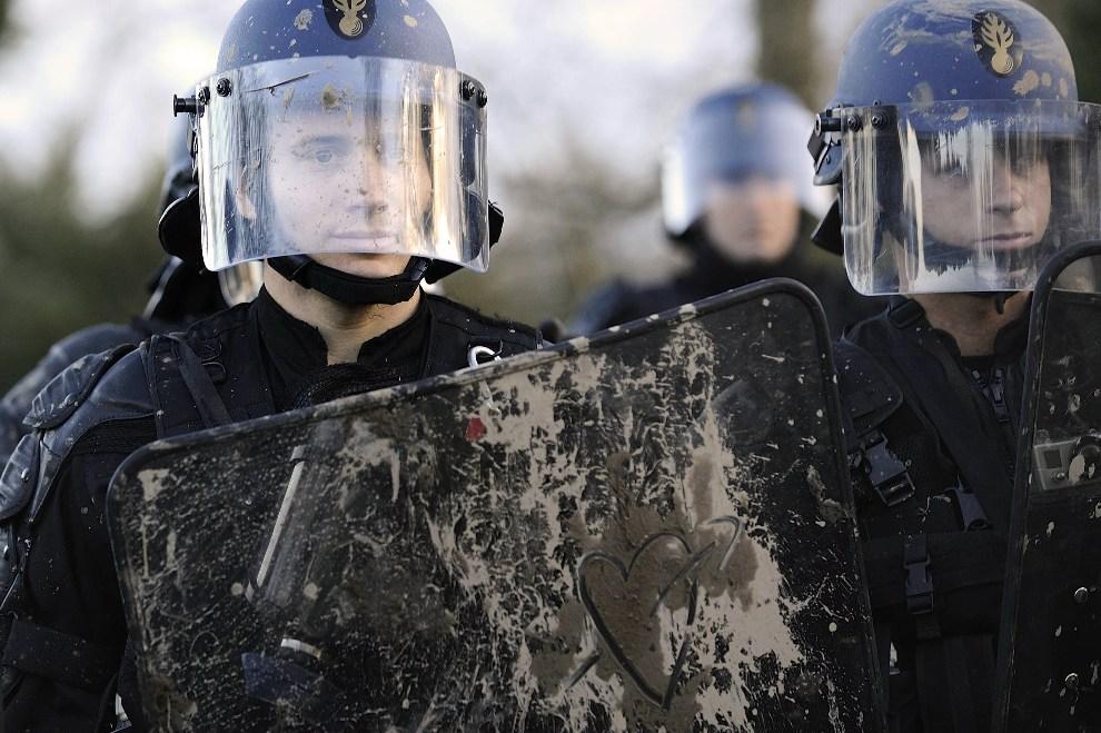 26.FRANCJA, Notre-Dame-des-Landes, 15 grudnia 2012: Policjant, z sercem namalowanym na tarczy, pilnujący porządku podczas protestów przeciw budowie lotniska. AFP   PHOTO/JEAN-SEBASTIEN EVRARD