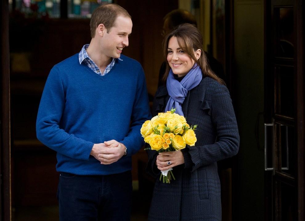 28.WIELKA BRYTANIA, Londyn, 6 grudnia 2012: Książę WiIliam i księżna Katarzyna opuszczają razem szpital. AFP PHOTO/Leon Neal
