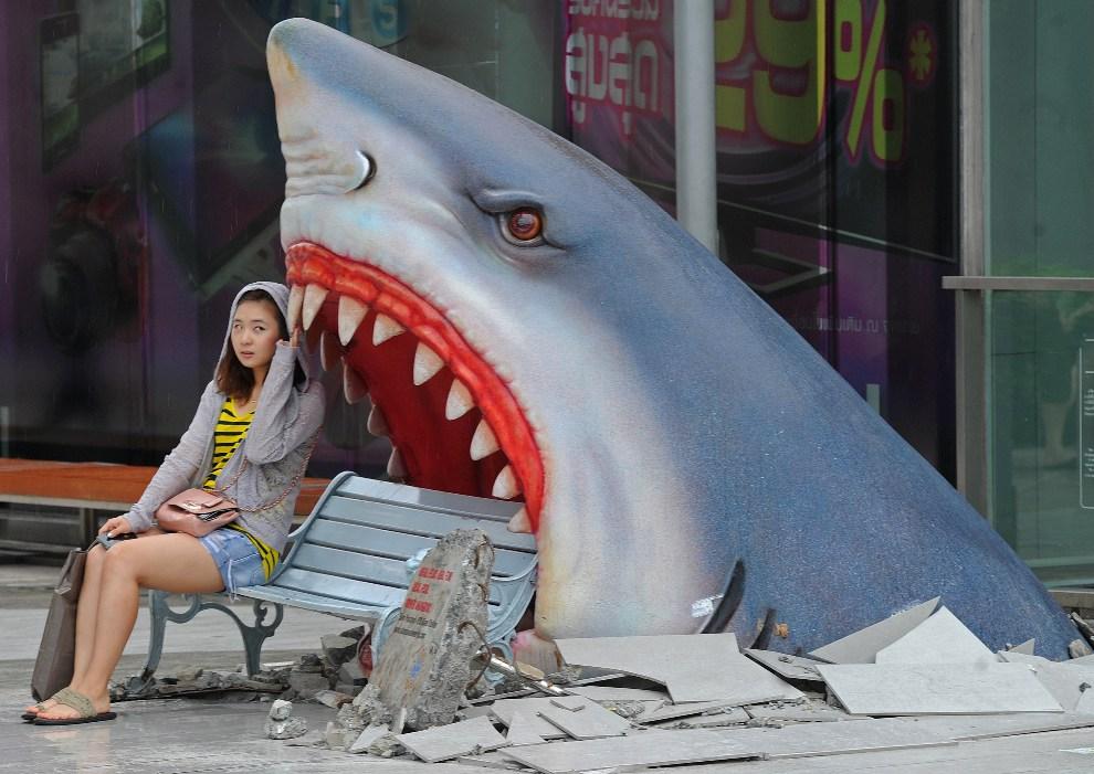 27.TAJLANDIA, Bangkok, 9 lipca 2012:  Turystka odpoczywa obok instalacji w jednym z centrów handlowych. AFP PHOTO / PORNCHAI KITTIWONGSAKUL