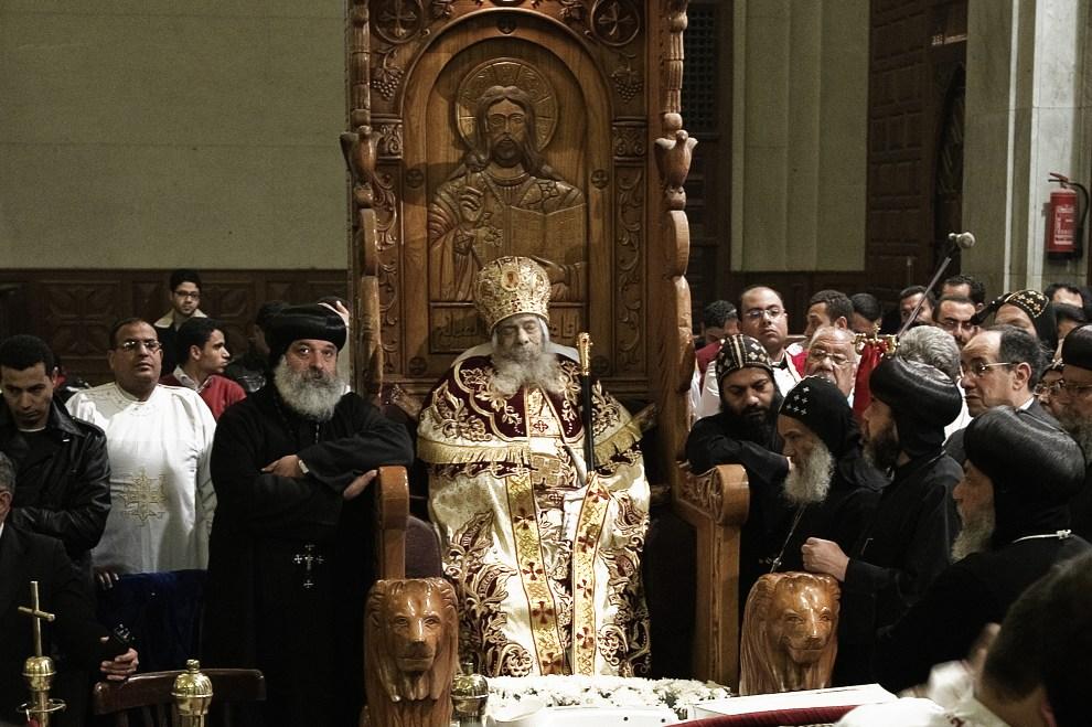 27.EGIPT, Kair, 19 marca 2012: Koptyjscy duchowni zebrani wokół ciała zmarłego papieża Szenudy III. AFP PHOTO/GIANLUIGI GUERCIA