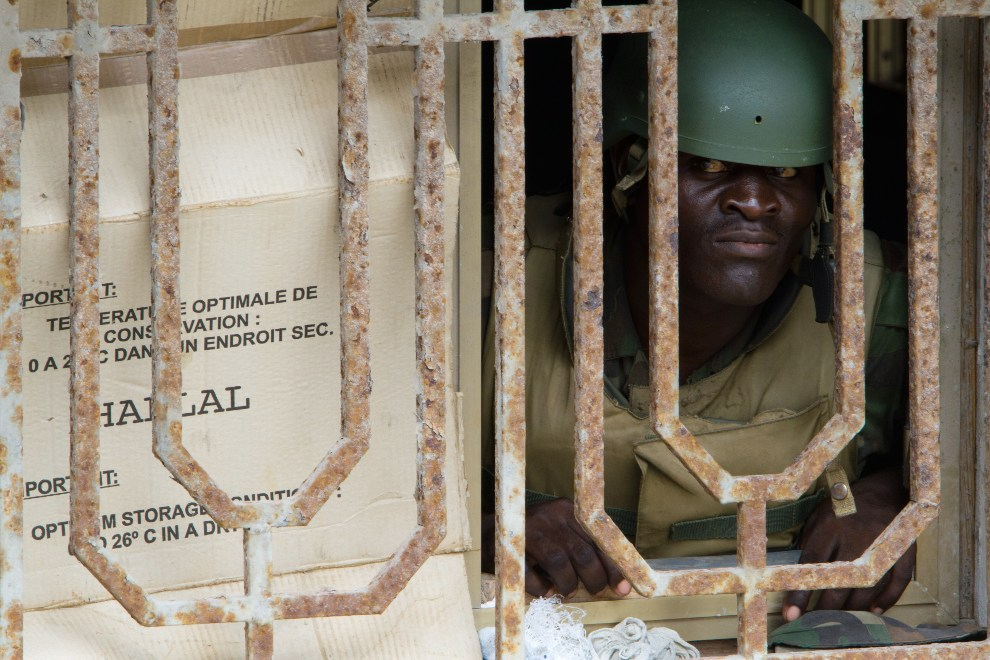 27.SOMALIA, Mogadiszu, 24 listopada 2009: Ugandyjski żołnierz z  AMISOM (ang. African Union Mission to Somalia). AFP PHOTO / YASUYOSHI CHIBA