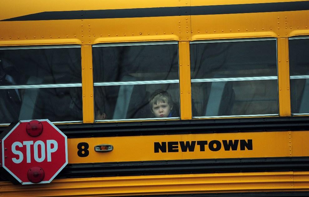 27. USA, Newtown, 18 grudnia 2012: Dziecko w oknie szkolnego autobusu. AFP PHOTO/EMMANUEL DUNAND