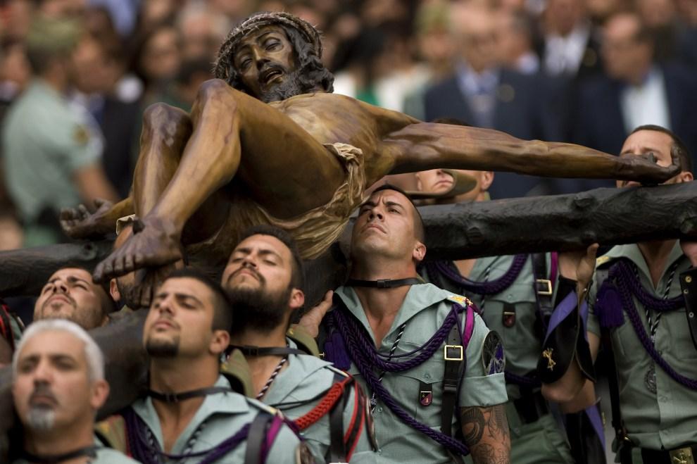 28.HISZPANIA, Málaga, 5 kwietnia 2012: Żołnierze Hiszpańskiej Legii Cudzoziemskiej niosą krzyż podczas obchodów Wielkiego Tygodnia. AFP PHOTO/ JORGE GUERRERO