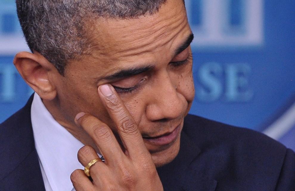 28.USA, Waszyngton, 14 grudnia 2012: Barack Obama ociera łzę podczas wystąpienia po strzelaninie w Connecticut. AFP PHOTO / Mandel NGAN