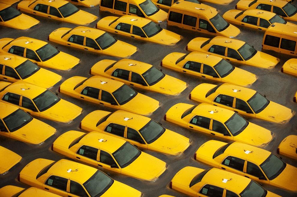 28. USA, Hoboken, 30 października 2012: Nowe taksówki na parking zalanym podczas przejścia huraganu Sandy.  (Foto: Michael Bocchieri/Getty Images)