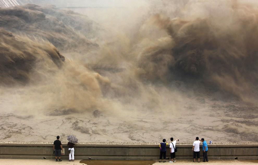 29.CHINY, Jiyuan, 6 lipca 2012:  Zrzut wody na zaporze Xiaolangdi (Rzeka Żółta). AFP PHOTO