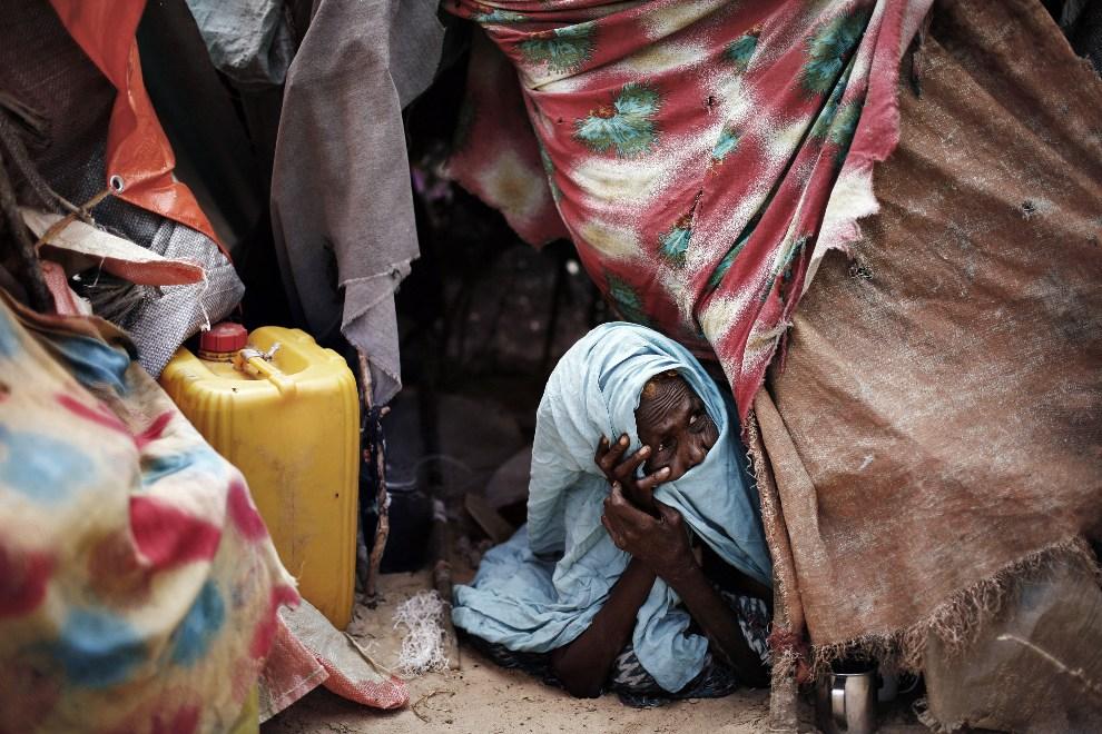 29.SOMALIA, Mogadiszu, 10 grudnia 2007: Kobieta mieszkająca w obozie dla uchodźców na przedmieściach Mogadiszu. AFP PHOTO / JOSE CENDON