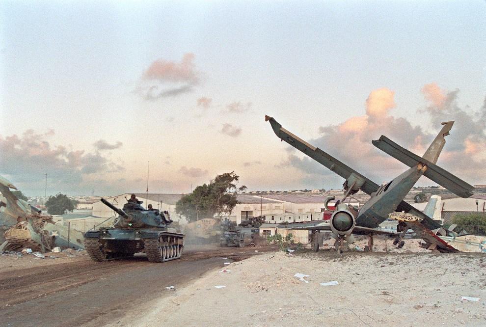 2.SOMALIA, Mogadiszu, 1 marca 1995: Pakistańskie czołgi z kontynentu ONZ wyjeżdżają z lotniska w Mogadiszu. AFP PHOTO