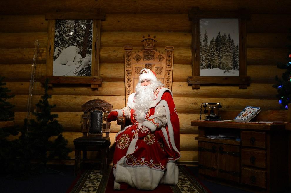 2.ROSJA, Moskwa, 11 grudnia 2012: Dziadek Mróz przygotowuje się do spotkania z dziećmi. AFP PHOTO / NATALIA KOLESNIKOVA