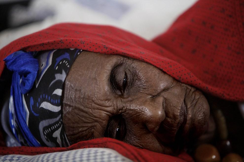 30.SOMALIA, Alamada, 25 marca 2007: Starsza kobieta mieszkająca w obozie dla uchodźców. AFP PHOTO/JOSE CENDON