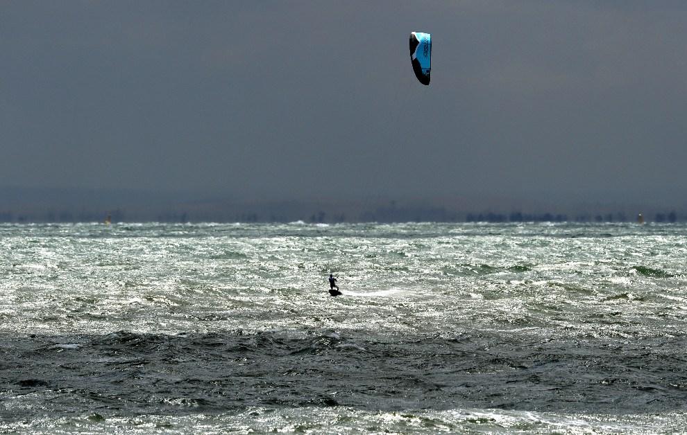 33.AUSTRALIA, Melbourne, 4 grudnia 2012: Uczestnik zawodów kiteboardingowych federacji ISAF. AFP PHOTO/William WEST IMAGE