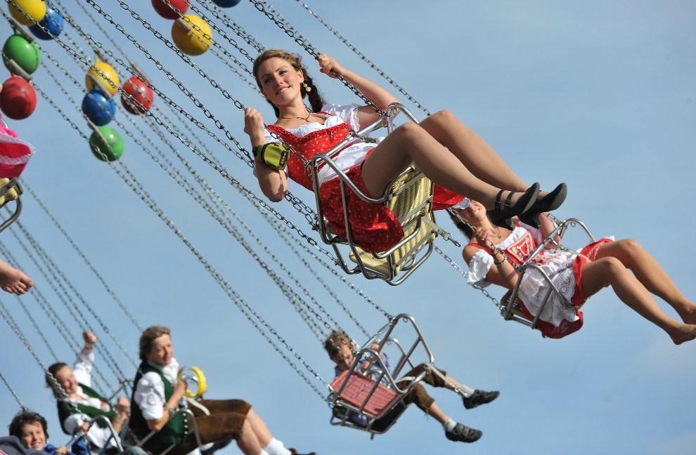 33. NIEMCY, Monachium, 23 września 2012: Przejażdżka na karuzeli w wesołym miasteczku. AFP PHOTO / ANDREAS GEBERT