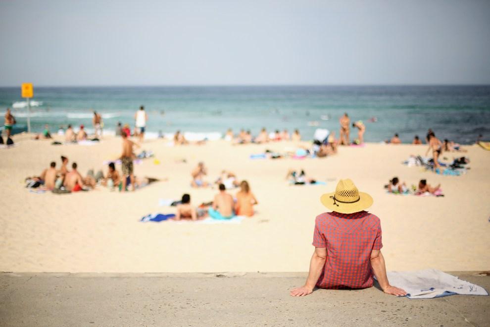 34. AUSTRALIA, Sydney, 1 grudnia 2012: Mężczyzna przygląda się plażowiczom w Sydney. (Foto: Mark Kolbe/Getty Images)