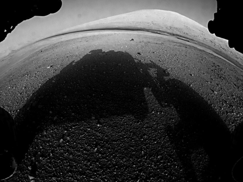 34.MARS, 7 sierpnia 2012: Zdjęcie wykonane na powierzchni Marsa przez pojazd Curiosity. AFP PHOTO/HANDOUT/ NASA/JPL-Caltech/Malin Space Science Systems