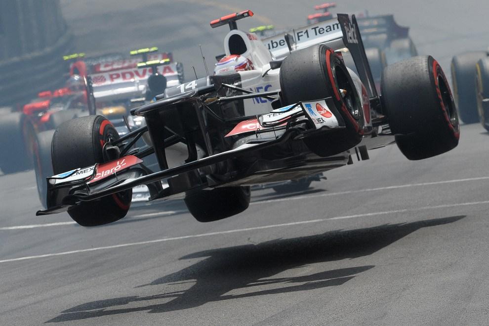 35.MONAKO, 27 maja 2012: Kamui Kobayashi traci kontrolę nad bolidem podczas GB Monako. AFP PHOTO / TOM GANDOLFINI