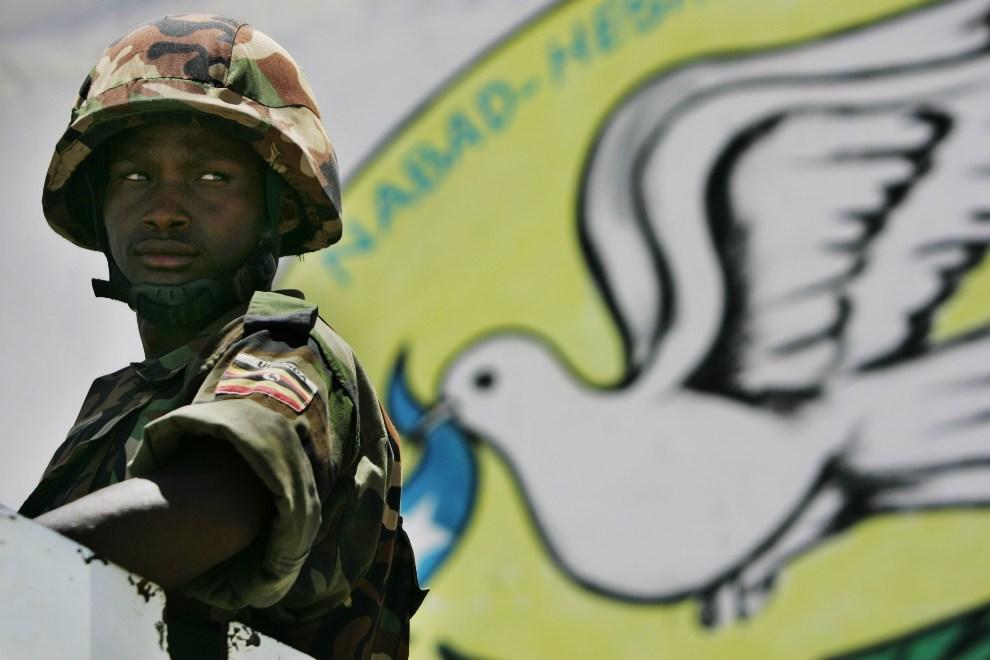 36.SOMALIA, Mogadiszu, 30 sierpnia 2007: Ugandyjski żołnierz z oddziałów ONZ przed wejściem do ratusza. AFP PHOTO/Roberto SCHMIDT