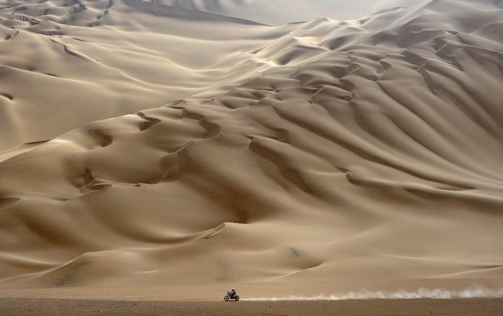 38.PERU, Arequipa, 12 stycznia 2012: Motocyklista na trasie jedenastego odcinka rajdu Dakar. AFP PHOTO/PHILIPPE DESMAZES