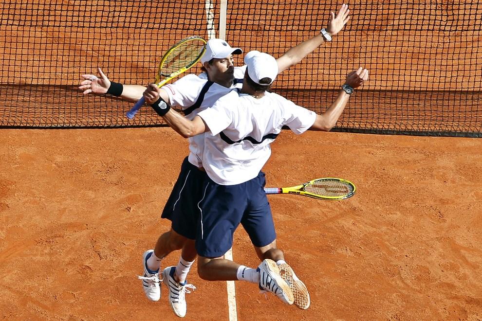 39.MONAKO, Monte-Carlo, 7 kwietnia 2012: Mike Bryan (po lewej) i Bob Bryan (po prawej) cieszą się ze zwycięstwa w meczu o Puchar Davisa. AFP PHOTO / SEBASTIEN   NOGIER