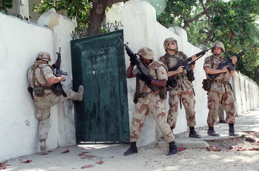 3.SOMALIA, Mogadiszu, 1 kwietnia 1993: Marines starają się wejść na teren opuszczonej szkoły. AFP PHOTO ALAIN BOMMENEL