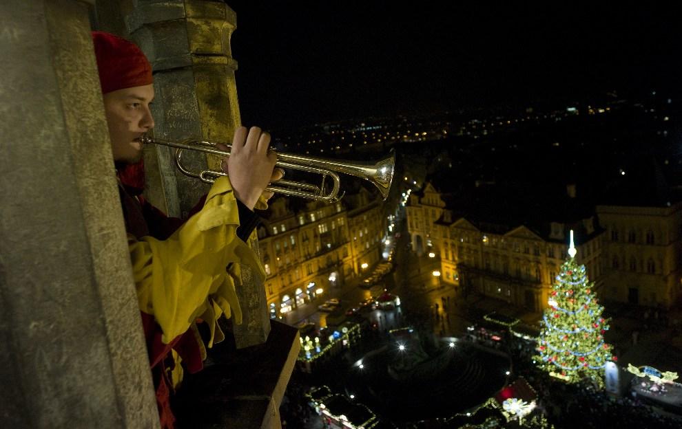 3.CZECHY, Praga, 17 grudnia 2012: Hejnalista na  wieży przy rynku staromiejskim w Pradze. AFP PHOTO / MICHAL CIZEK