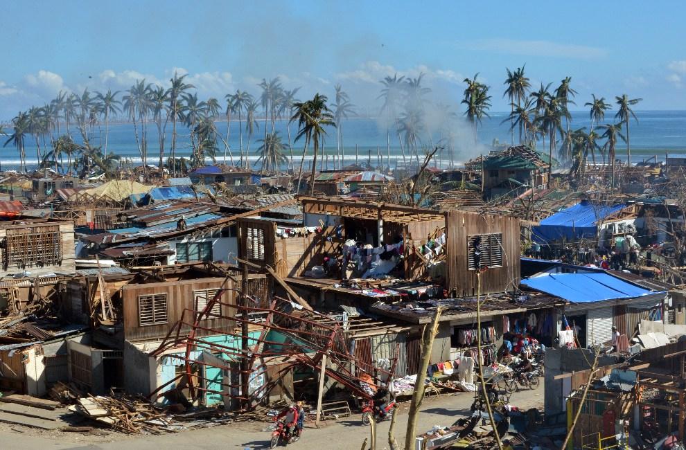 3.FILIPINY, Baganga, 11 grudnia 2012: Baganga zniszczona przez przechodzący tajfun. AFP PHOTO/TED ALJIBE