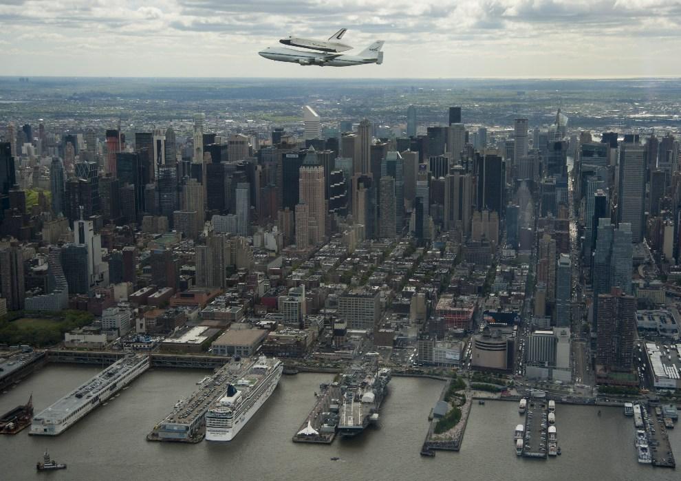 3.USA, Nowy Jork, 27 kwietnia 2012: Prom Enterprise transportowany na grzbiecie  747 Shuttle Carrier Aircraft (SCA). AFP PHOTO/NASA/Robert Markowitz