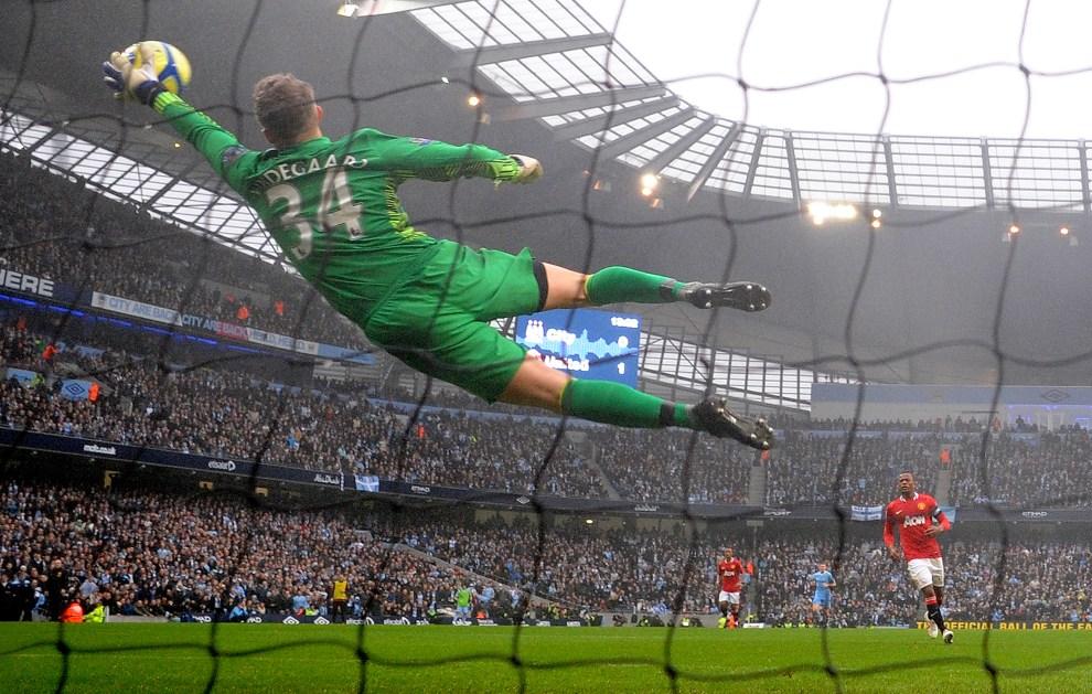 40.WIELKA BRYTANIA, Manchester, 8 stycznia 2012: Anders Lindegaard broni strzał zawodnika zespołu Manchester City. AFP PHOTO / ANDREW YATES
