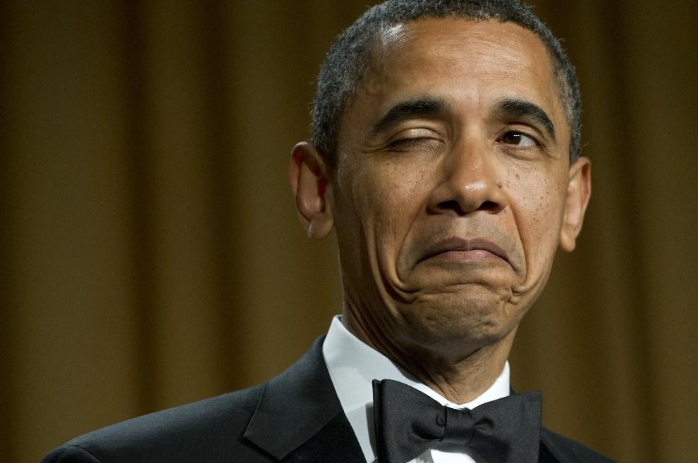 """41. USA, Waszyngton, 28 kwietnia 2012: Barack Obama """"puszcza oko"""" opowiadając dowcip na temat swojego miejsca urodzenia, podczas uroczystego obiadu z udziałem   dziennikarzy akredytowanych przy Białym Domu. AFP PHOTO / Saul LOEB"""