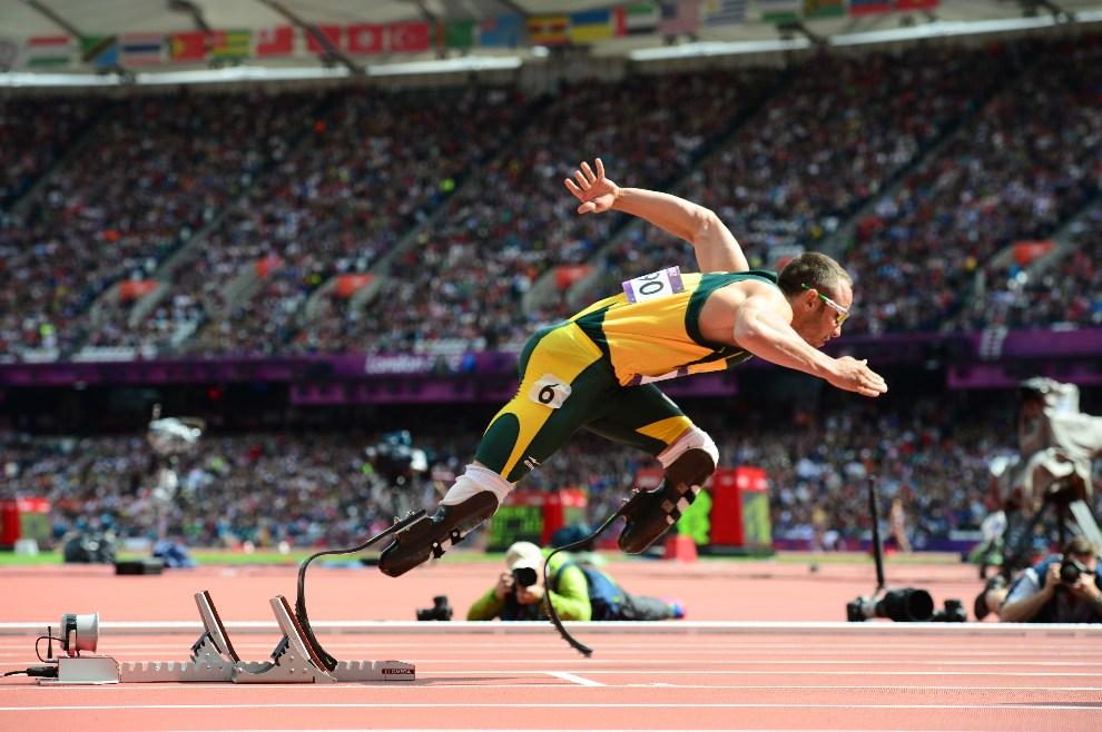 4.WIELKA BRYTANIA, Londyn, 4 sierpnia 2012: Oscar Pistorius (RPA) wychodzi z bloków do biegu na dystansie 400 m. AFP PHOTO / OLIVIER MORIN