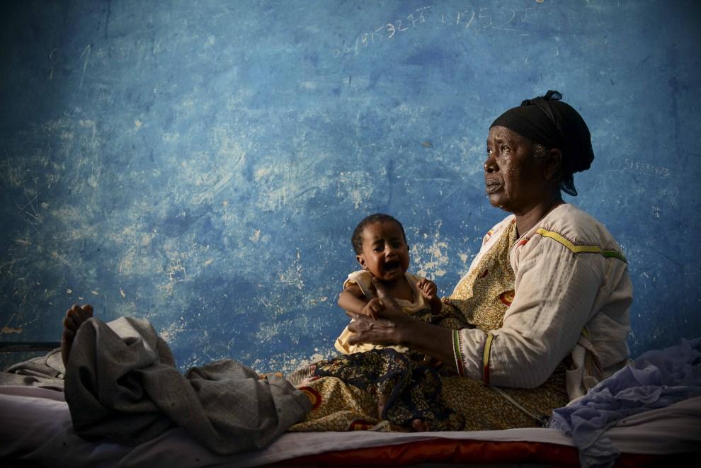 4.SOMALIA, Merka, 18 grudnia 2012: Kobieta z dzieckiem w prowizorycznym szpitalu. AFP PHOTO / AU-UN IST / TOBIN JONES.