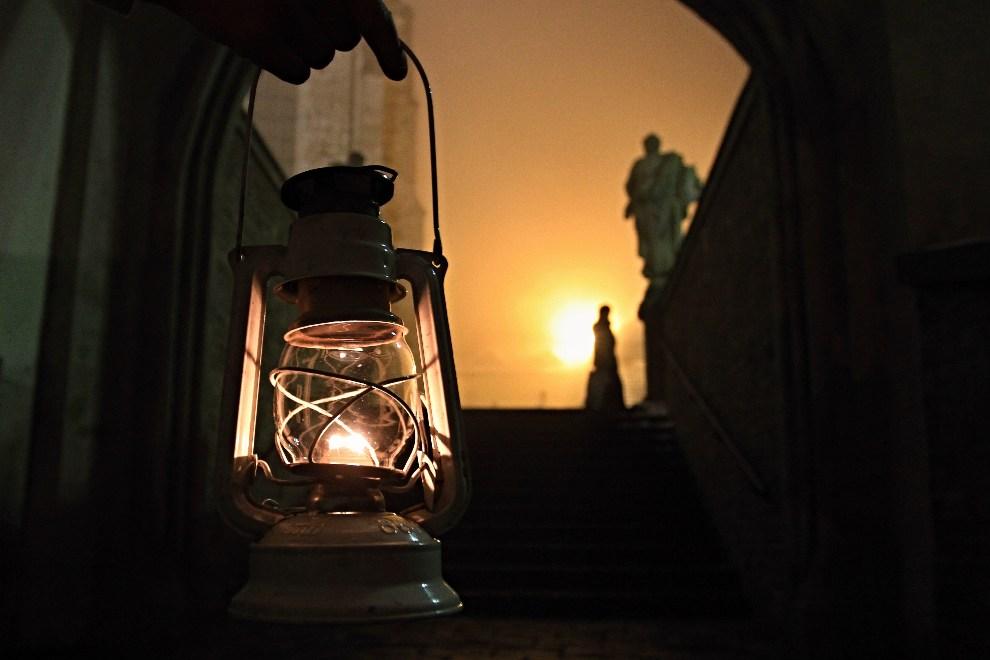 4.CZECHY, Brno, 15 grudnia 2012: Światło Betlejemskie w drodze do katedry św. Piotra i Pawła. AFP PHOTO/RADEK MICA