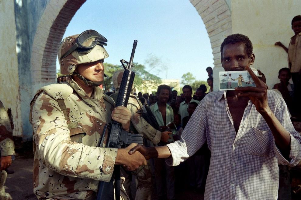 5.SOMALIA, Baidoa, 14 grudnia 1992: Amerykański żołnierz i Somalijczyk pozują do zdjęcia. AFP PHOTO operation.