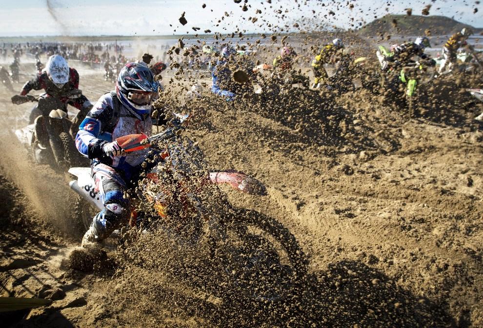 5. WIELKA BRYTANIA, Weston-Super-Mare, 14 października 2012: Zawodnicy na swoich maszynach walczą z piaskiem na plaży w Weston podczas rajdu 2012 RHL Weston. AFP PHOTO / ADRIAN DENNIS