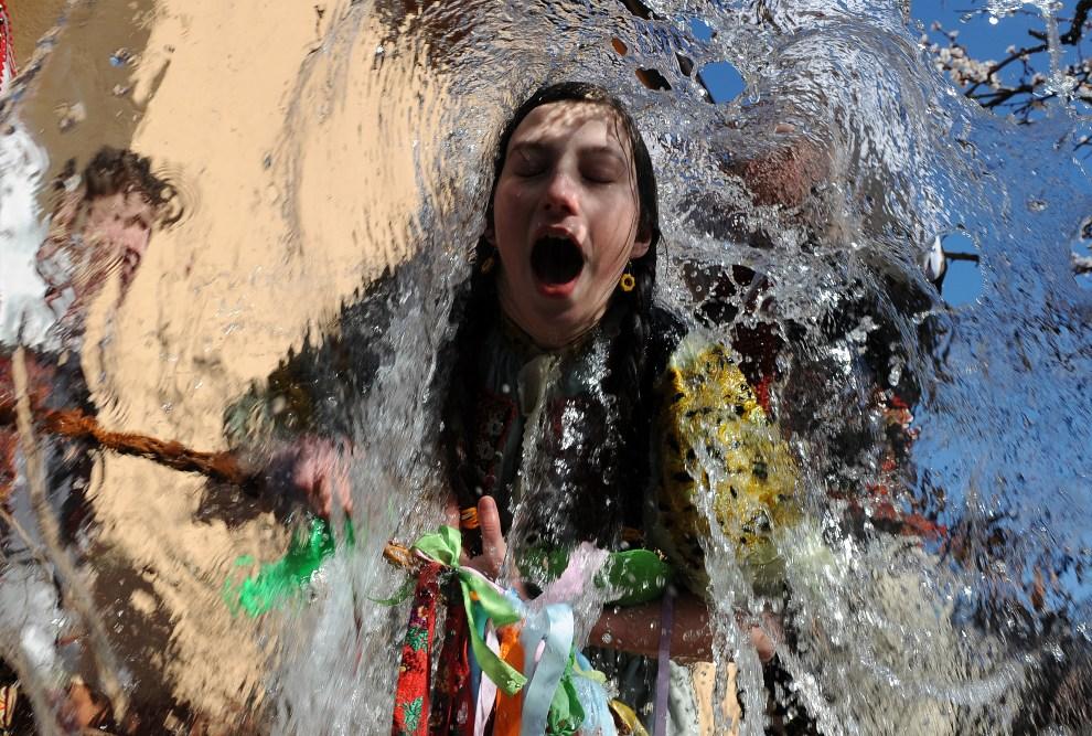 5.SŁOWACJA, Trencianska Tepla, 9 kwietnia 2012: Młoda dziewczyna oblewana wodą podczas Wielkanocy. AFP PHOTO/SAMUEL KUBANI