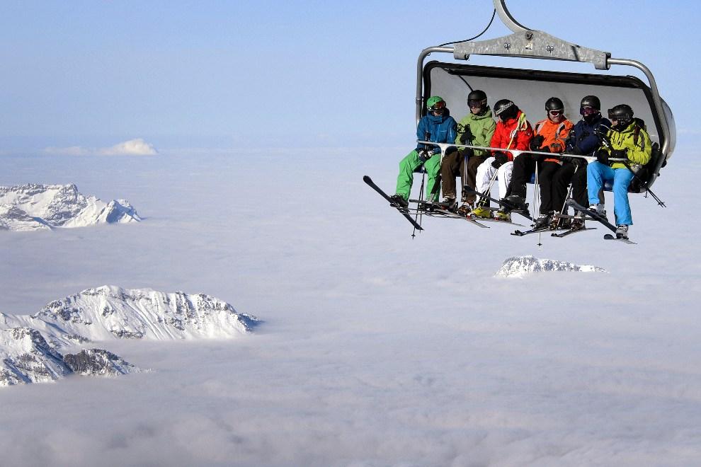 5.SZWAJCARIA, Titlis, 1 grudnia 2012: Narciarze wjeżdżają kolejką na szczyt Titlis. AFP PHOTO / FABRICE COFFRINI