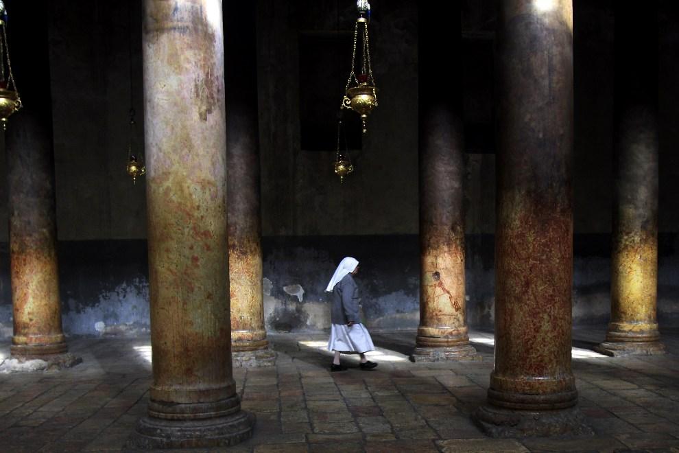 5.BETLEJEM, 9 grudnia 2012: Katolicka zakonnica w drodze do Groty Narodzenia. TOPSHOTS/AFP PHOTO/MUSA AL-SHAER