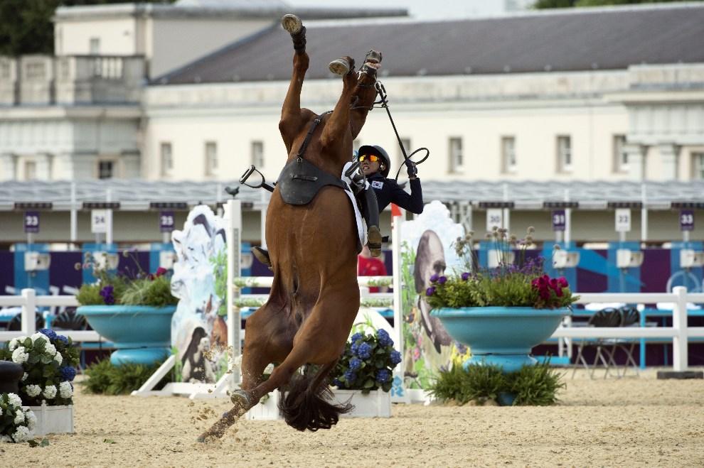 6.WIELKA BRYTANIA, Londyn, 11 sierpnia 2012: Hwang Woojin traci kontrolę nad wierzchowcem podczas konkursu w skokach przez przeszkody. AFP PHOTO / JOHN   MACDOUGALL