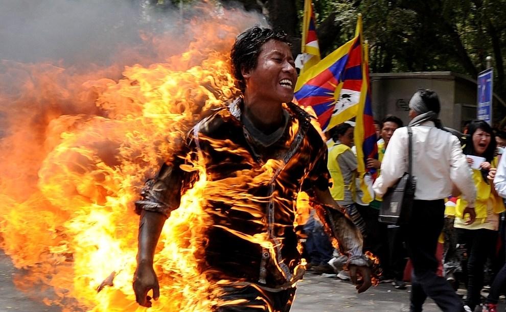 6.INDIE, New Delhi, 26 marca 2012: Jamphel Yeshi  który podpalił się na znak protest przeciw wizycie w  New Delhi prezydenta Chin Hu Jintao. AFP PHOTO/STm