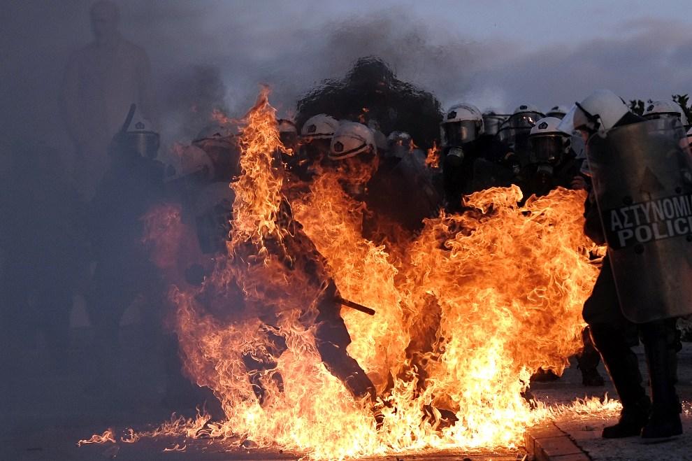 7.GRECJA, Ateny, 12 lutego 2012: Płonący policjant w trakcie zamieszek w Atenach. AFP PHOTO / ARIS MESSINIS