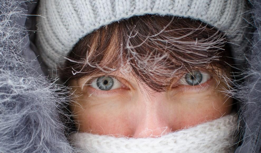 7.ROSJA, Nowosybirsk, 14 grudnia 2012: Twarz kobiety chroniącej się przed temperaturą -35C. AFP PHOTO / VALERY TITIEVSKY