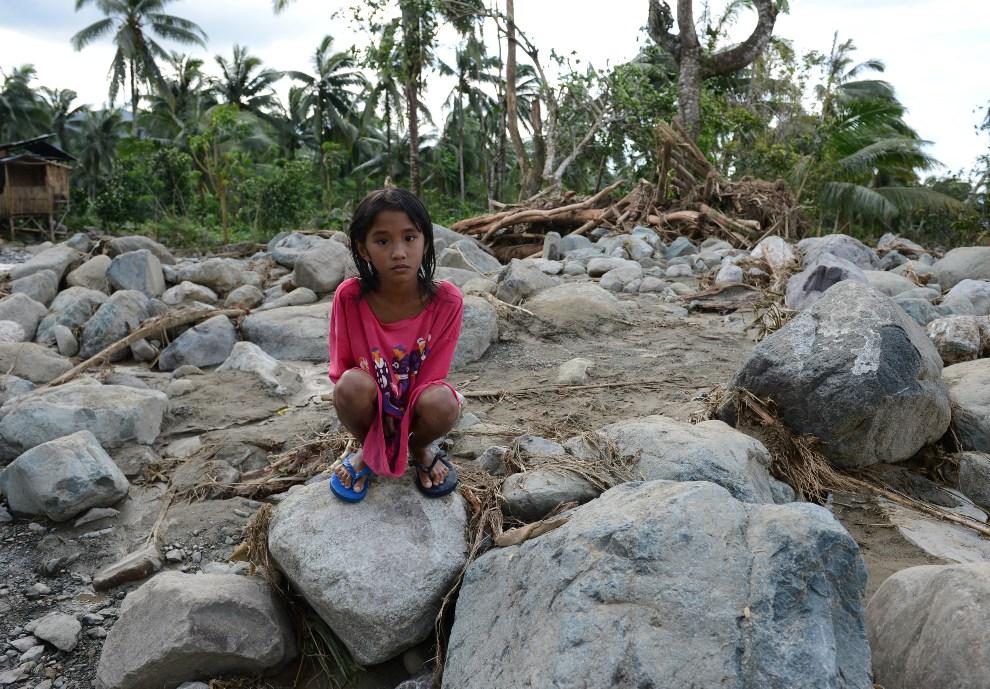 7.FILIPINY, New Bataan, 5 grudnia 2012: Kamienie wyrzucone na drogę podczas przejścia tajfunu Bopha. AFP PHOTO/TED ALJIBE